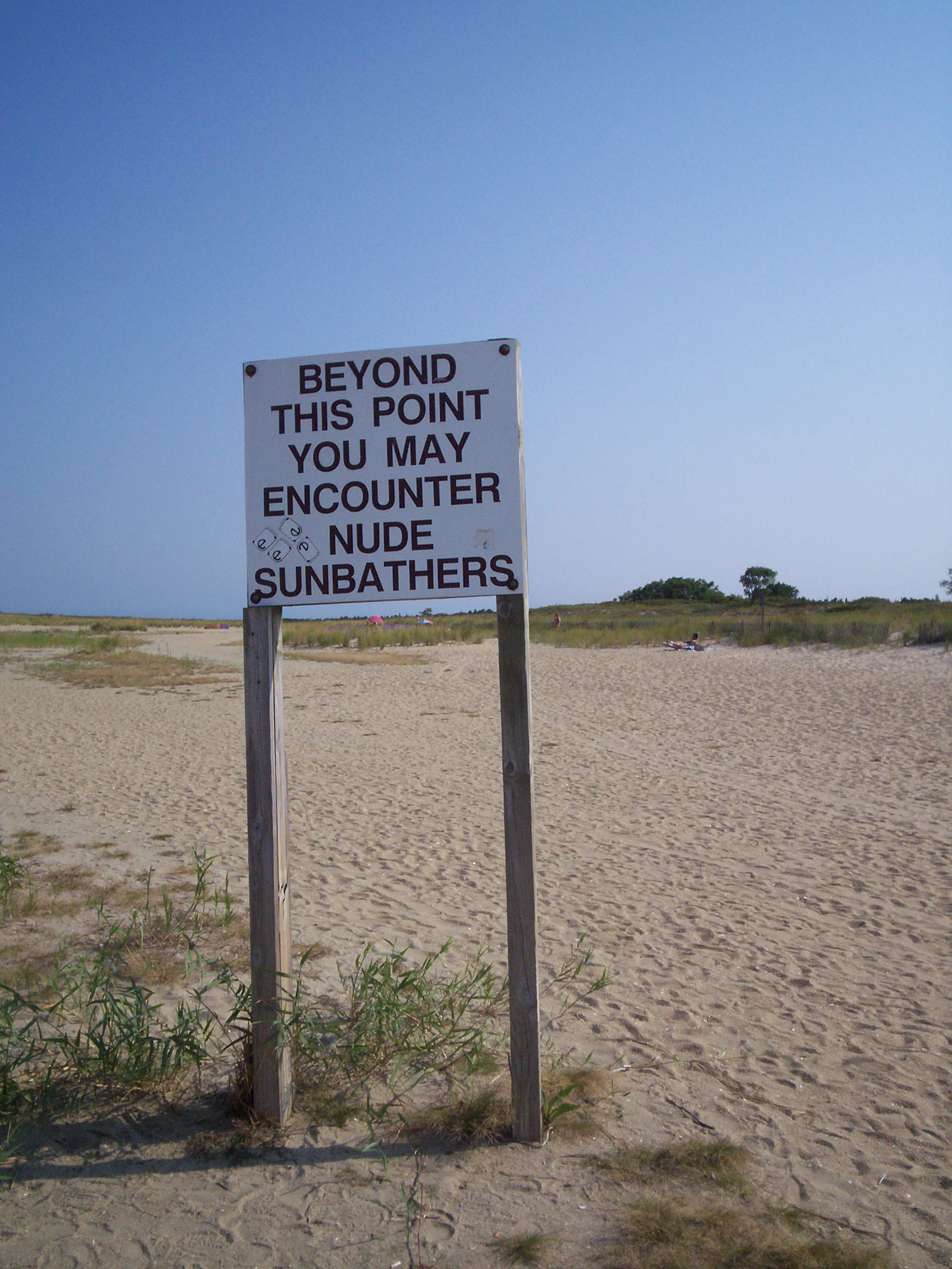 Nude_Beach_Warning_Sign_at_Gunnison_Beach_in_Sandy_Hook,_New_Jersey.jpg